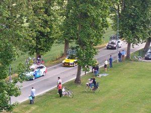 le auto delle squadre al seguito dei ciclisti